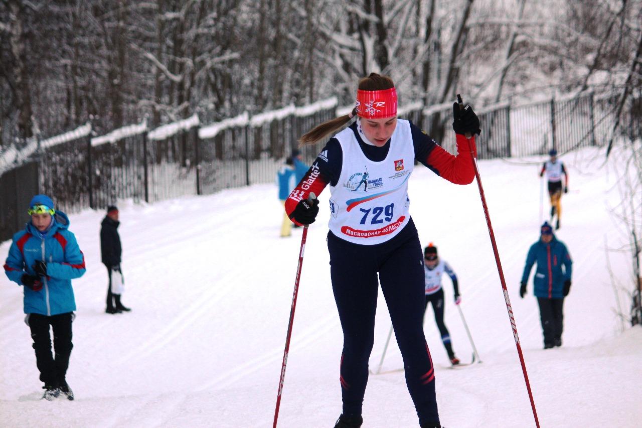 На дистанции Мария Темник из Дедовска - одна из участниц состязания среди девушек старшего возраста.