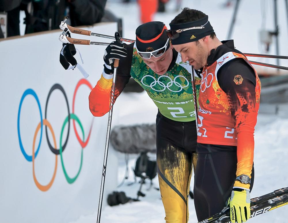 Ханнес Дотцлер подбадривает вконец расстроенного ТимаЧарнке. Кто бы мог подумать, что немцы в этой гонке останутся без медалей? Зато шведам в олимпийском спринте— на этот раз командном — вновь отчаянноповезло