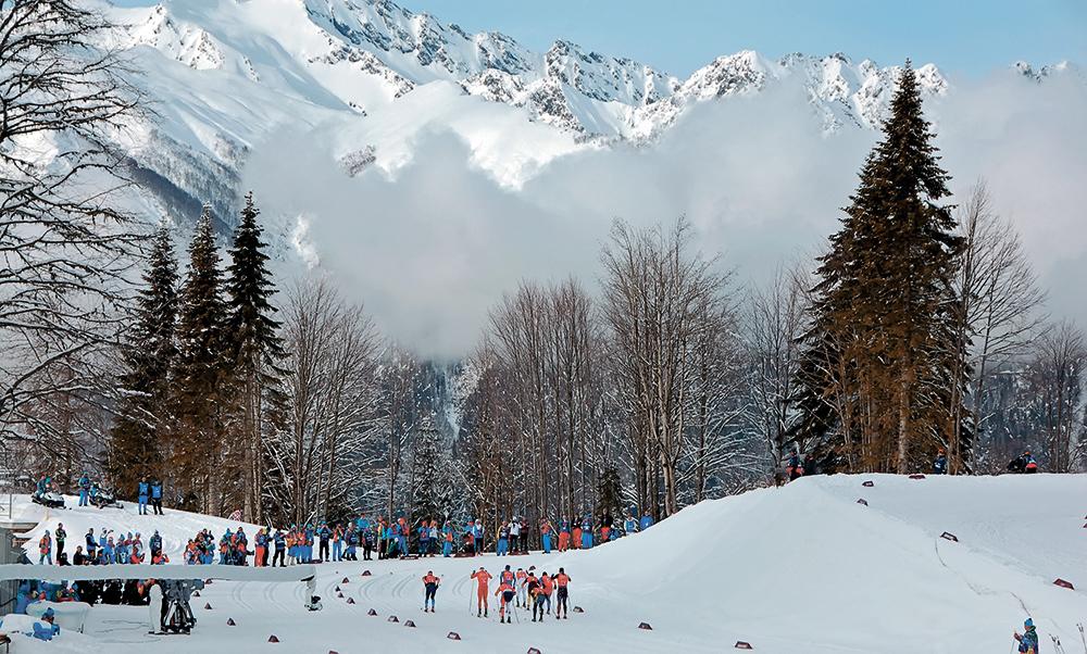 Гонщики уходят на первый эстафетный этап. А навстречу им из горной долины, как это частенько бывало на Играх, ползут, наплывают густые белые облака