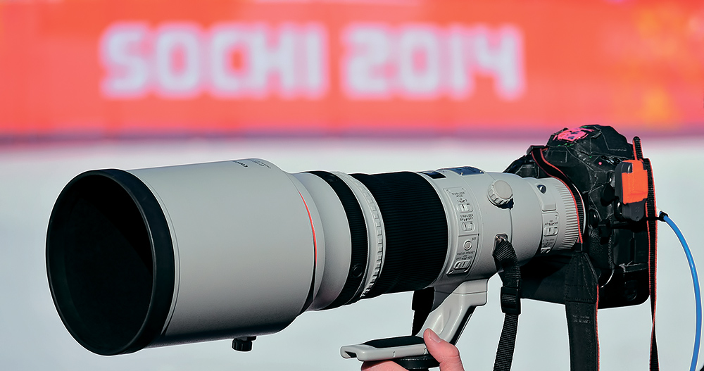 Профессиональная оптика. С подобной камерой не побегаешь вдольтрассы — она очень тяжёлая. Поэтому с такими аппаратами фотографыработают на определенной точке, со штатива, выдавая большое количество качественных снимков,сделанных телевизионным объективом. Оборотной стороной медали становится тот факт, что все снимкис этой точки получаются однотипными. Поэтому, «отбомбившись» на каком-то месте, фотографыстараются (особенно во время длинных, продолжительных по времени гонок) обязательно уйти на вторую,а иногда и на третью точку, чтобы сменить план и ракурс съёмки