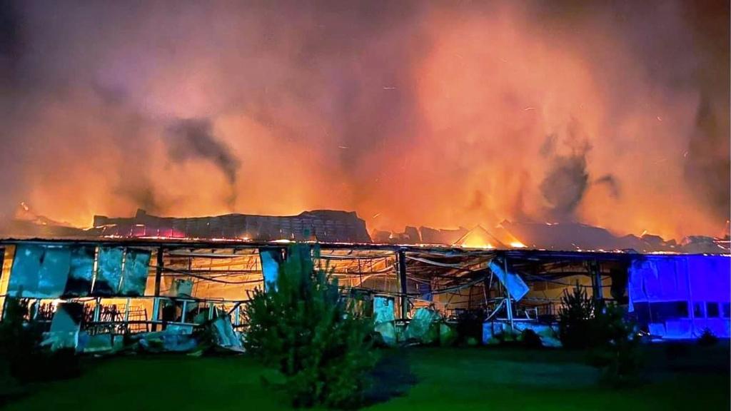Огнём объяты производственный цех с примыкающим к нему складом.