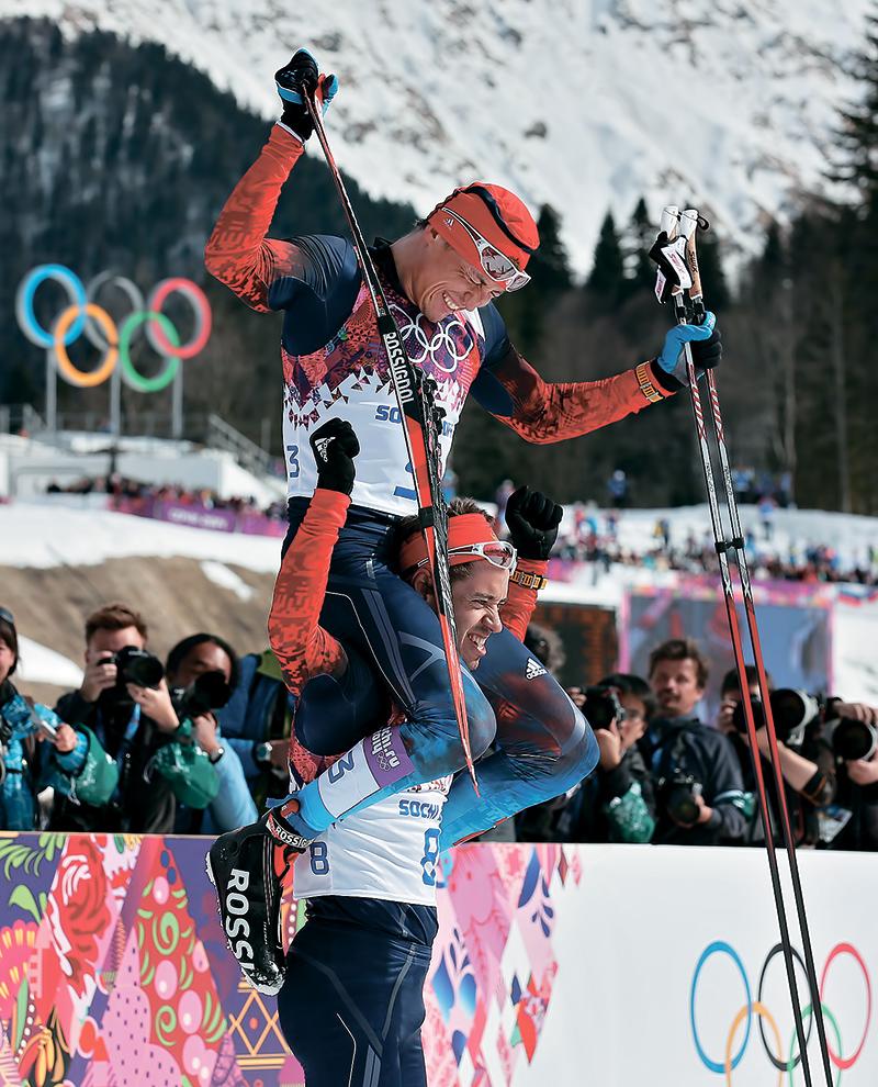 Александр Легков на плечах у своего товарища Ильи Черноусова, с которым они вместе прошли весь путь от ухода на самостоятельную подготовку до олимпийских медалей Сочи
