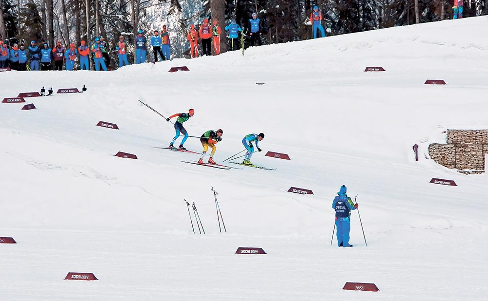 Ключевой эпизод гонки. Спортсмены слетают с последнего спуска, финн Сами Яухоярви мощными отталкиваниями набирает скорость, опережает немца Тима Чарнке и фактически прыгает ему на лыжи, что приводит к падению гонщика в черно-желтой форме. Падая, Чарнке заденет и Крюкова — наш спортсмен устоит на ногах, однако прилично потеряет скорость, что не позволит ему выиграть такое желанное и такое, казалось, близкое и возможное золото