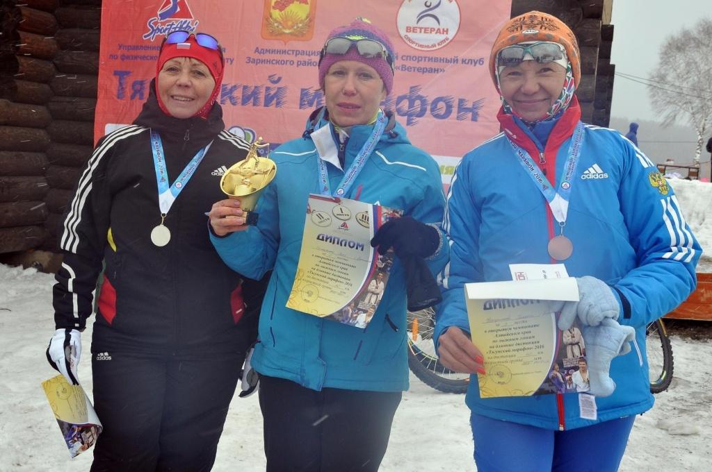 Вера Оплеухина в Центре, с лева Татьяна Бубнова Киселевск, справа Гельниса Корчуганова Киселевск победители на 20 км.jpg