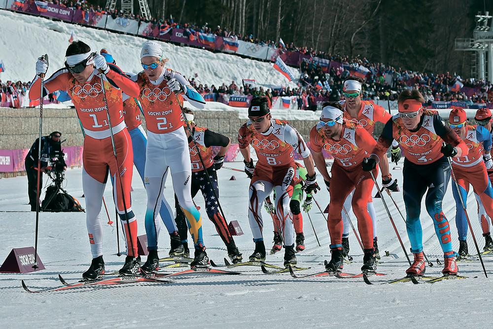 Старт эстафетной гонки. Первыми с поляны уходят норвежец Элдар Рённинг (№1) ишвед Ларс Нельсон (№2). Россиянин Дмитрий Япаров (№3) также держится вголовной части группы.