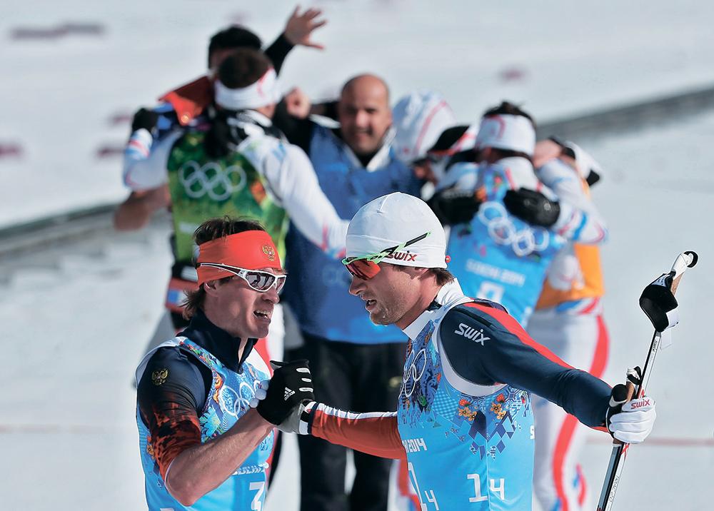С серебряной медалью Максима Вылегжанина поздравляет король лыж, двукратный олимпийский чемпион Петтер Нортуг. Именно норвежец трижды оставлял россиянина вторым: на чемпионате мира в Либереце и дважды — в Холменколлене. Но на этот раз считавшиеся одними из главных претендентов на золото норвежцы остались зачертой призеров