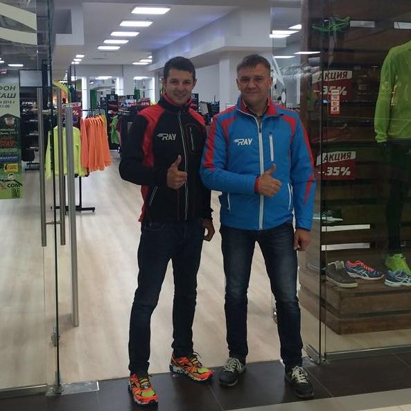 На входе в фирменный магазин RAY в куртках собственного производства Андрей Евтюхов (справа) и МСМК по лыжным гонкам, серебряный призер чемпионата мира Николай Панкратов
